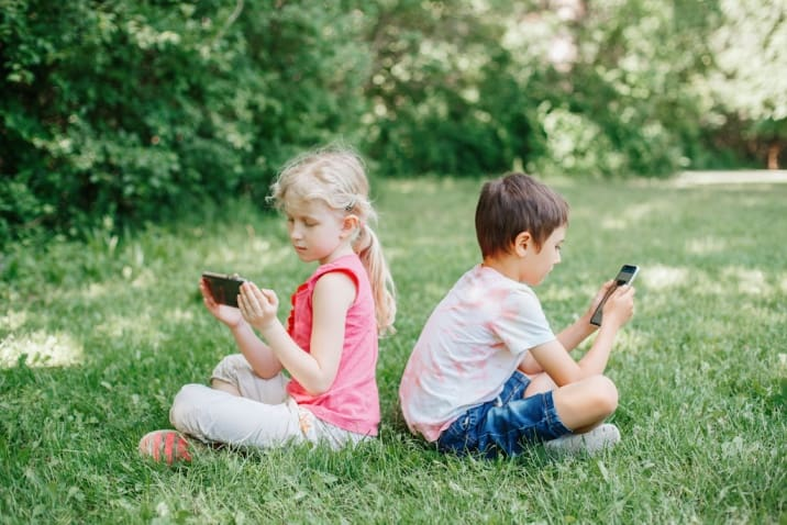 kids watching videos on mobile - why do kids misbehave